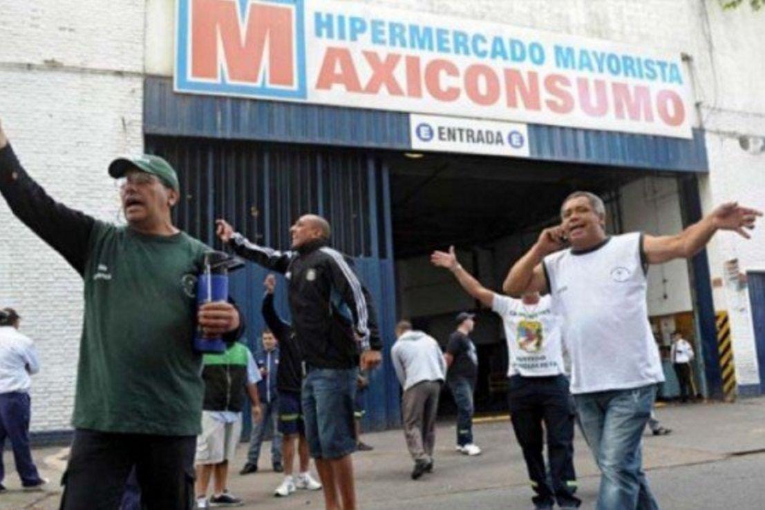 Camioneros bloquean 30 sucursales de un supermercado mayorista