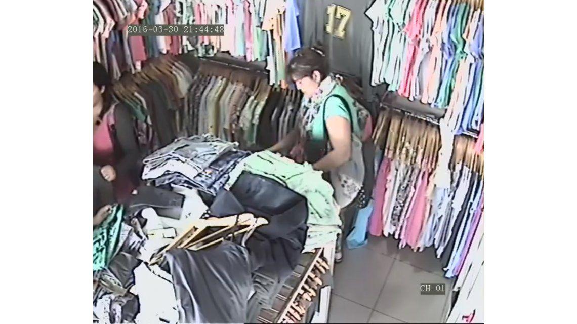VIDEO: Fue descubierta por una vendedora, se arrepintió y dejó la ropa