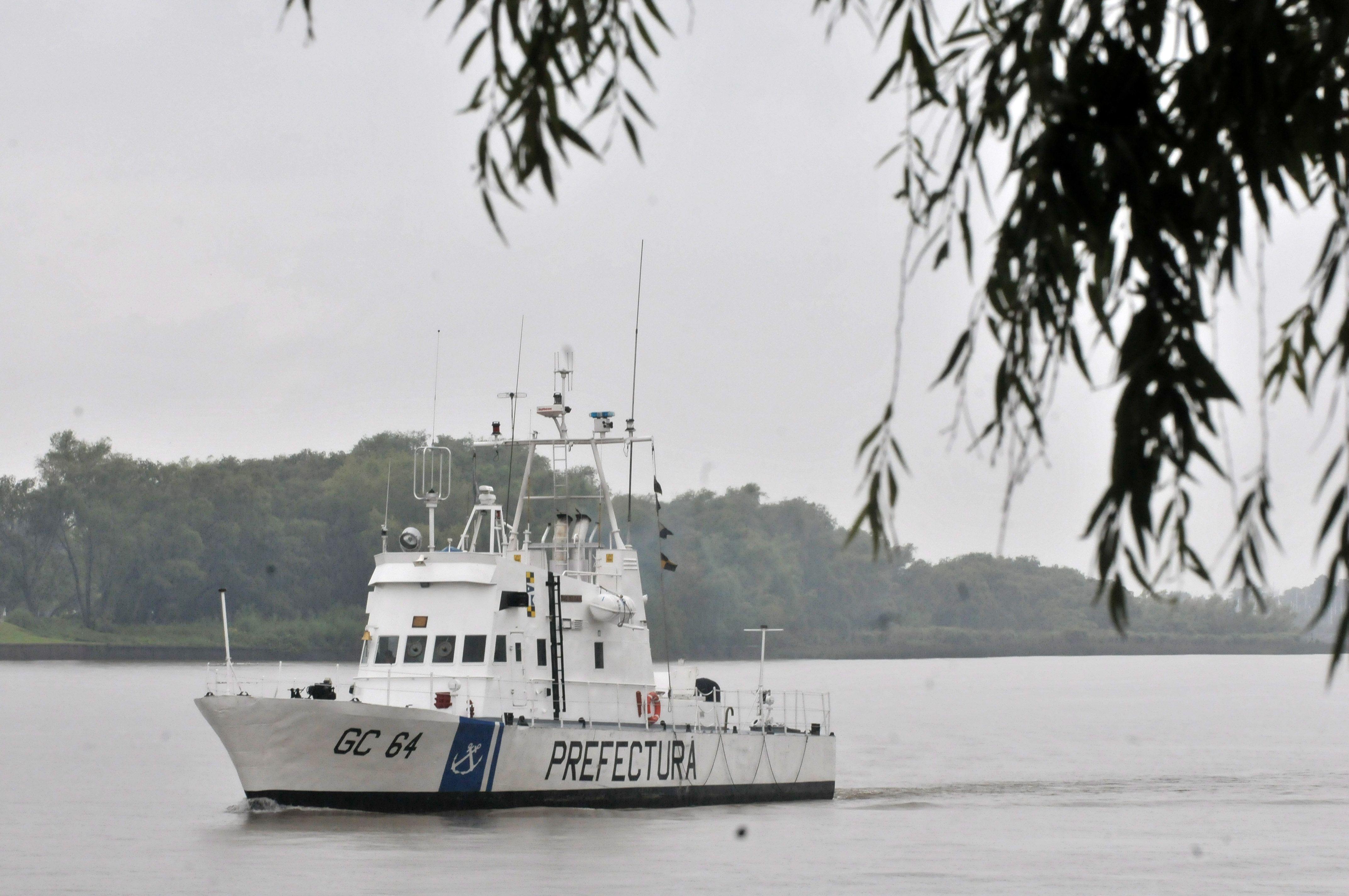 Buscan a un pescador que cayó al Río de la Plata durante el temporal del miércoles