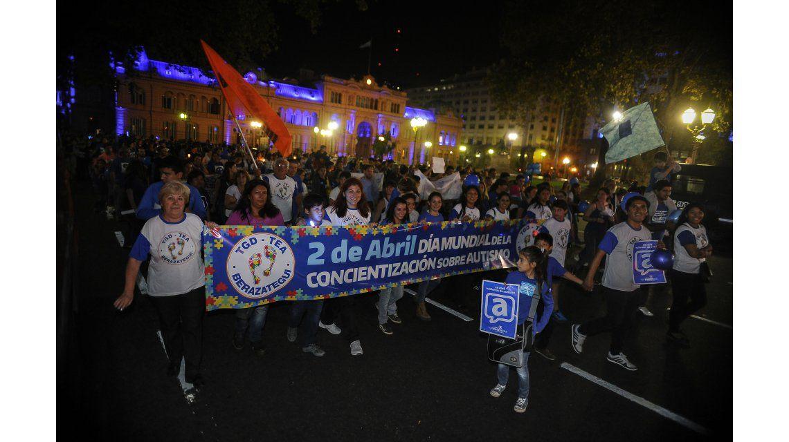 La Plaza de Mayo se tiñó de azul para concientizar sobre el autismo