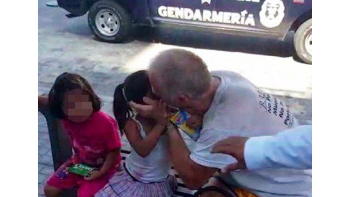 Tiene antecedentes de pedofilia y lo filmaron besando a una nena de 3 años