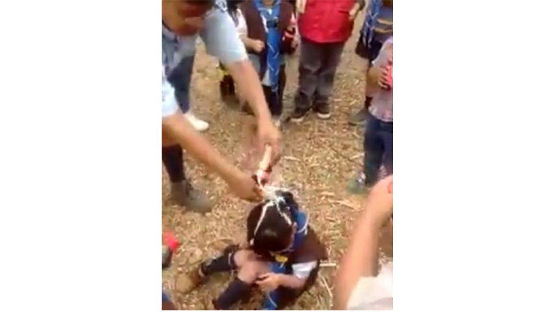 Indignante: le tira gaseosa en la cabeza a una nena que no para de llorar