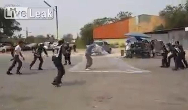 VIDEO: Amenazaba a la policía con un cuchillo y lo redujeron con una red