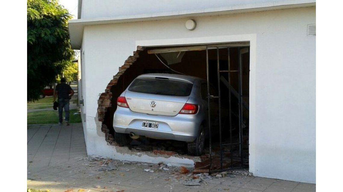 Trató de esquivar un auto y terminó metido en el living de una casa