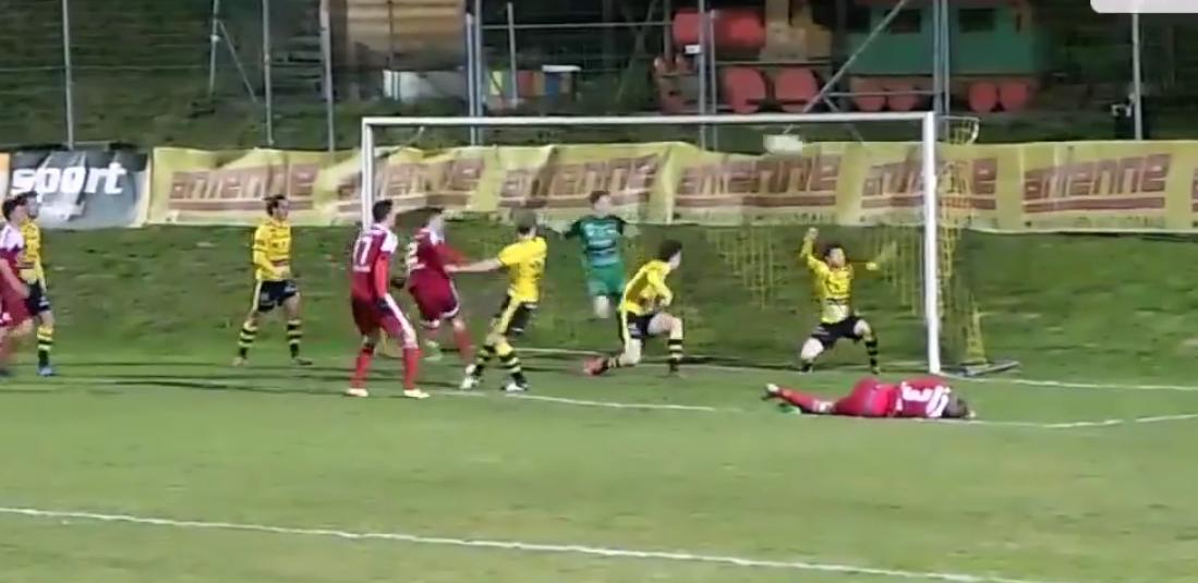 ¿Cómo no fue gol? Mirá la inexplicable jugada en el fútbol austríaco