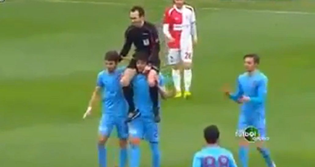 Insólito: un jugador llevó en andas a un árbitro para pedirle perdón