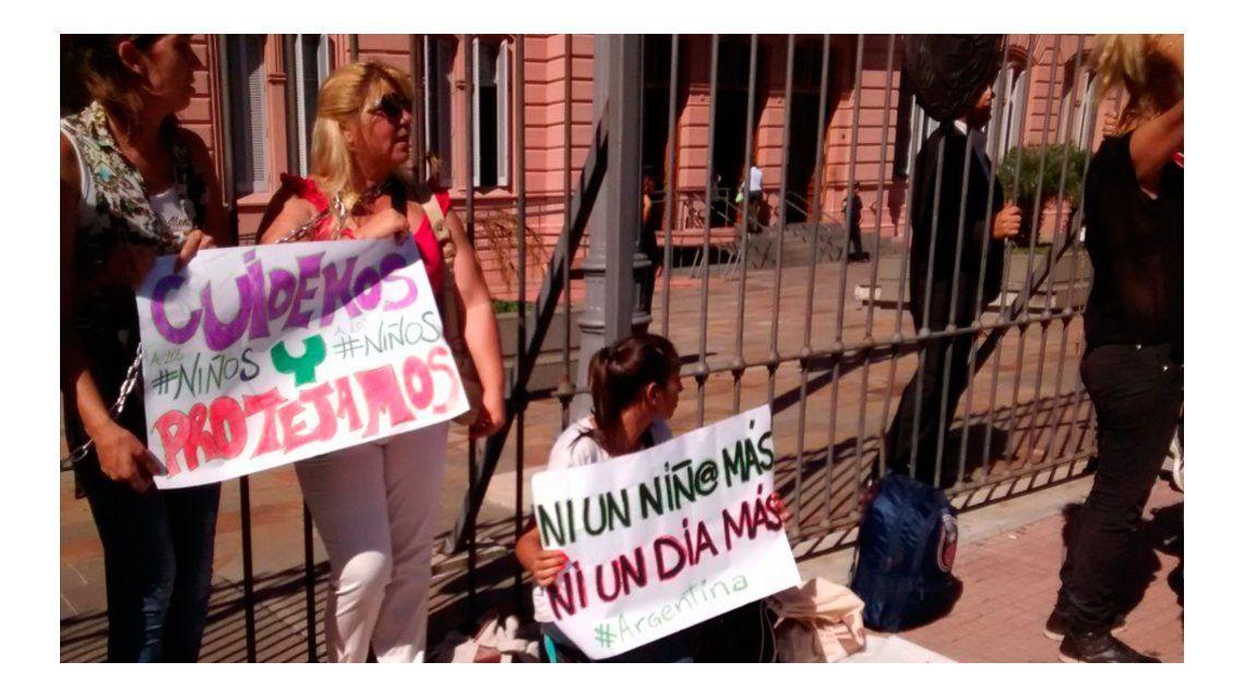 Se encadenaron frente a Casa Rosada para denunciar abusos a niños y pedir Justicia
