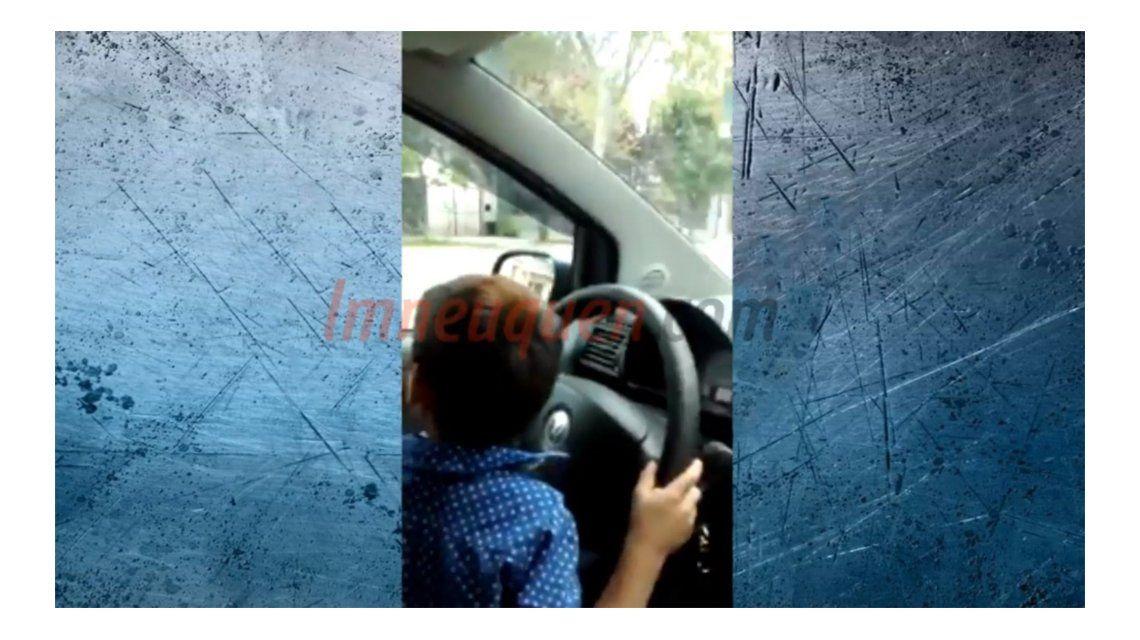 Imprudencia al volante: filmó a su hijo manejando en plena ciudad