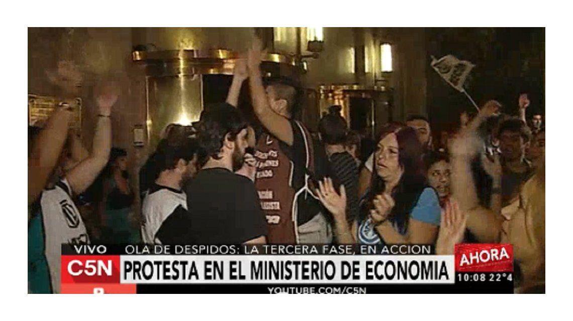 Incidentes en la puerta del ministerio de Economía con estatales despedidos