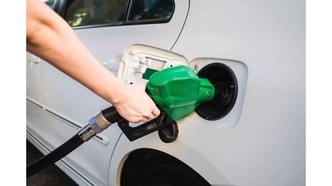 Estacioneros dicen que será inmediato el traslado a precios de la suba de naftas