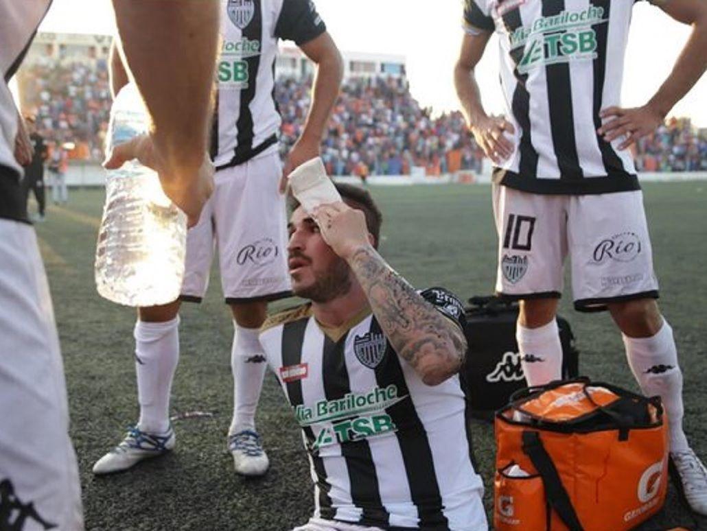 Jugadores fueron agredidos por hinchas del rival en el fútbol argentino