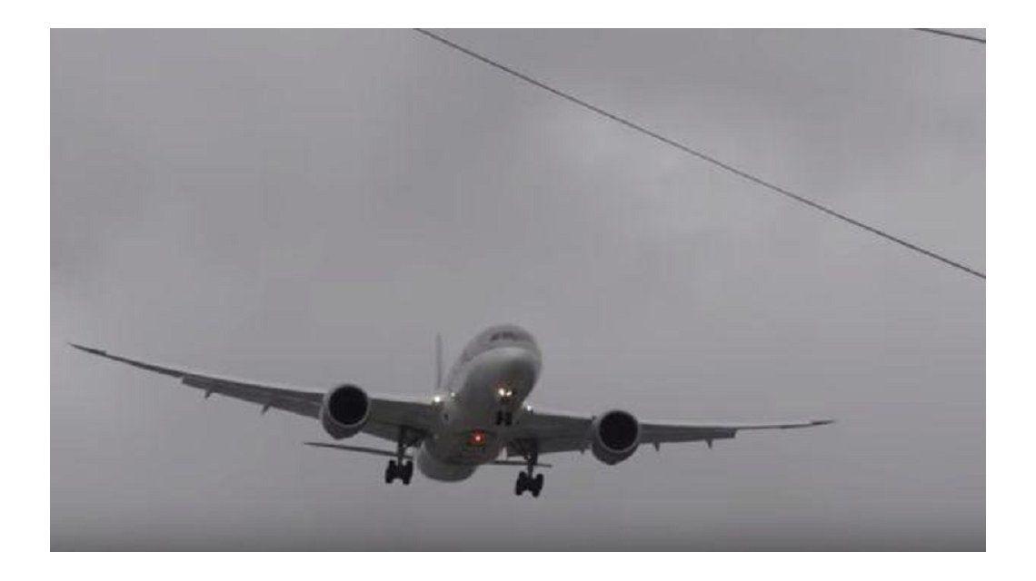 Avión quedó detenido en el aire por fuertes vientos