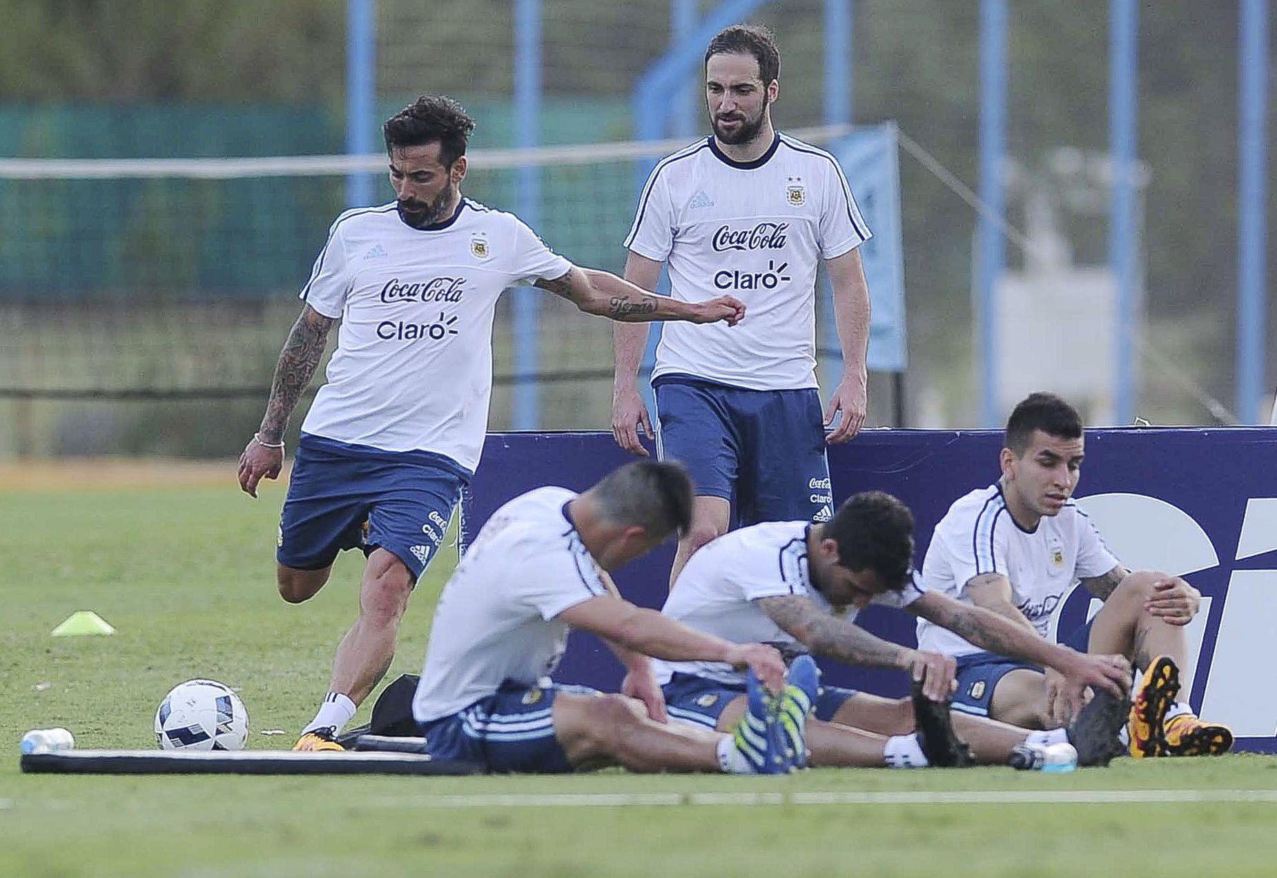 Higuaín le gana la pulseada al Kun Agüero y sería titular frente a Bolivia