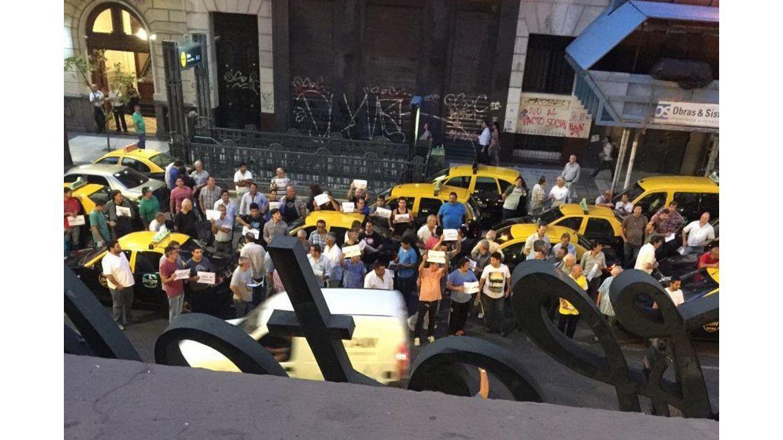 Taxistas presentaron un amparo contra Uber: Van en contra de la ley