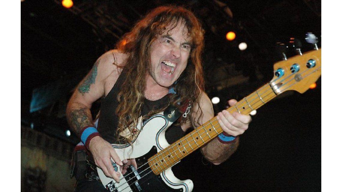 Otro accidente de Iron Maiden: se cayó Steve Harris en pleno show