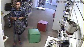 VIDEO: Se hizo pasar por una clienta, robó en una tienda y la escracharon