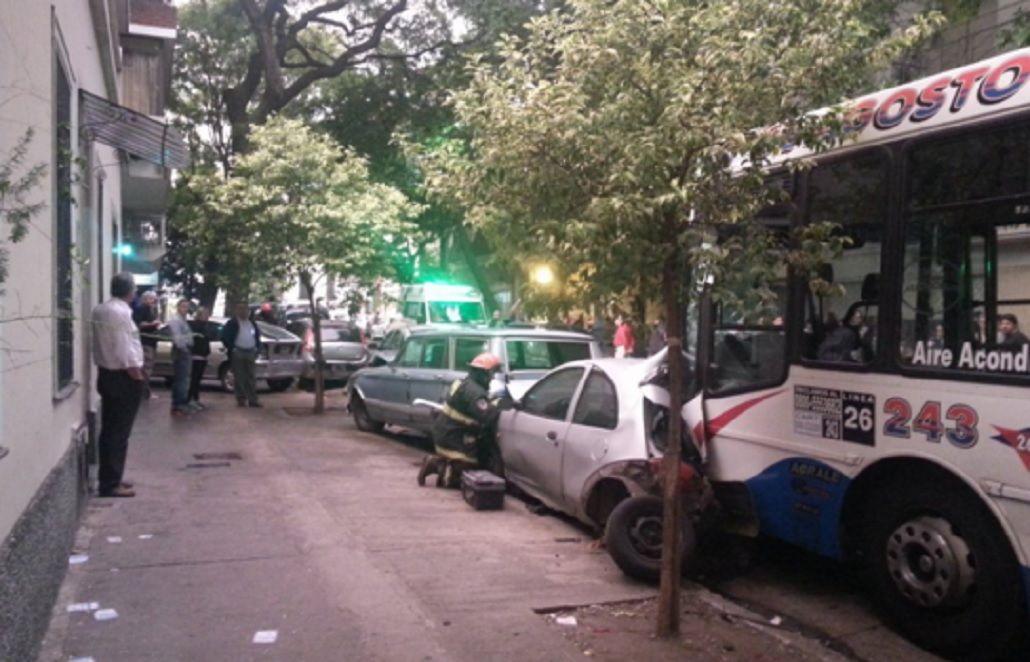 Un colectivo chocó contra un auto y luego embistió a 7 otros estacionados