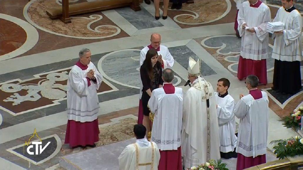 El Papa bautizó a 12 fieles durante la Vigilia de Pascua en el Vaticano