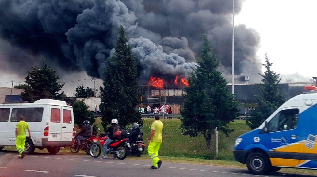 Castelar: se incendió un depósito de colchones