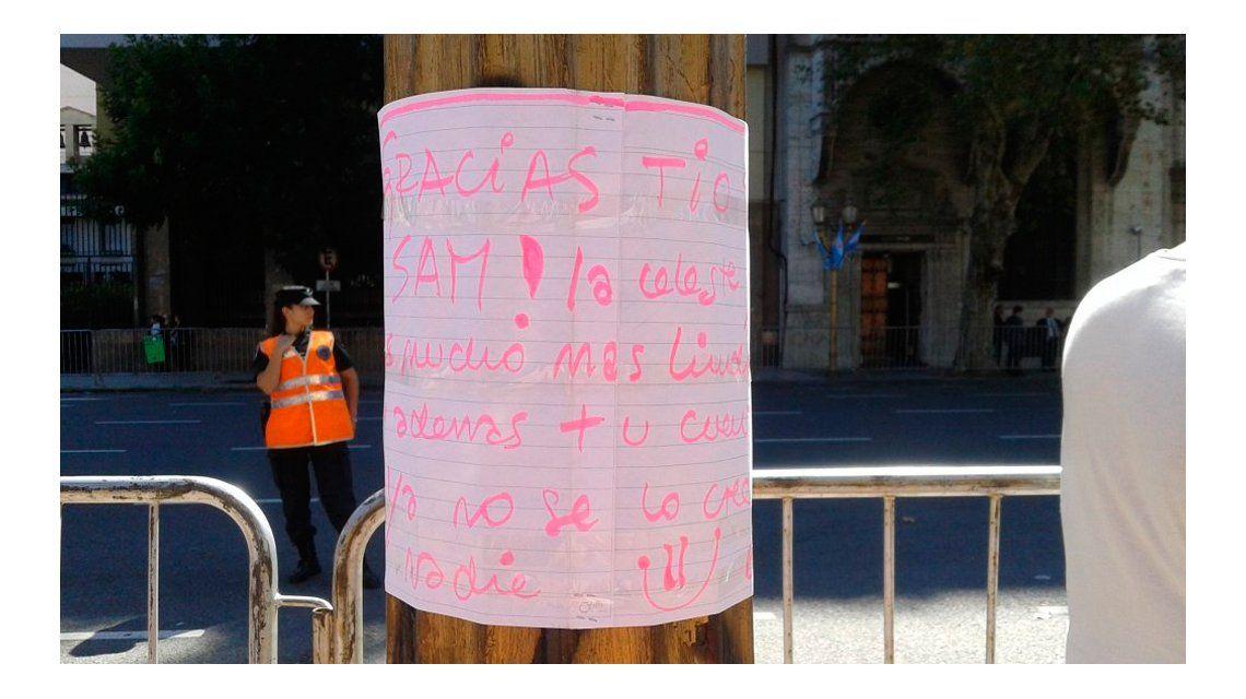 Gracias, tío Sam, el mensaje que le dejaron a Obama en Plaza de Mayo