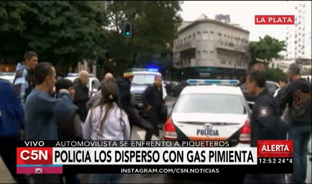 Incidentes frente a la Gobernación bonaerense entre la policía y manifestantes