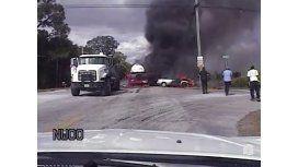 Dramático rescate: policía salvó a una mujer encerrada en un auto en llamas