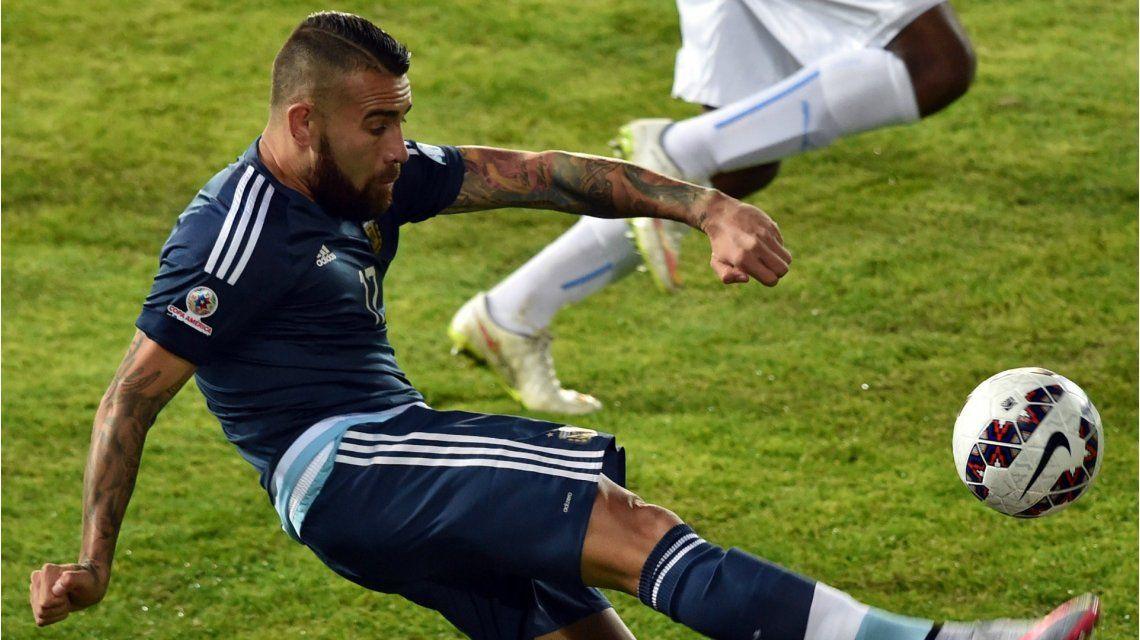 Nicolás Otamendi entrenó diferenciado pero llegaría al partido ante Chile