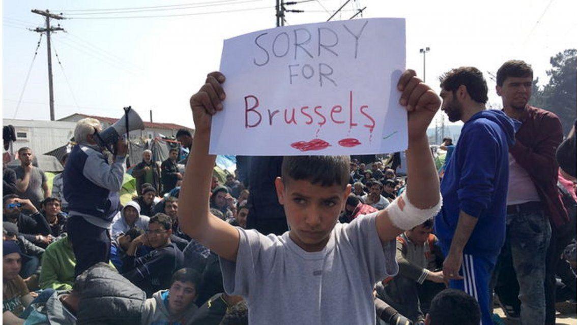 La imagen que conmueve al mundo: un niño pide perdón por Bruselas