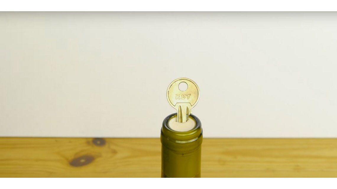 ¿Cómo abrir un vino con una llave?