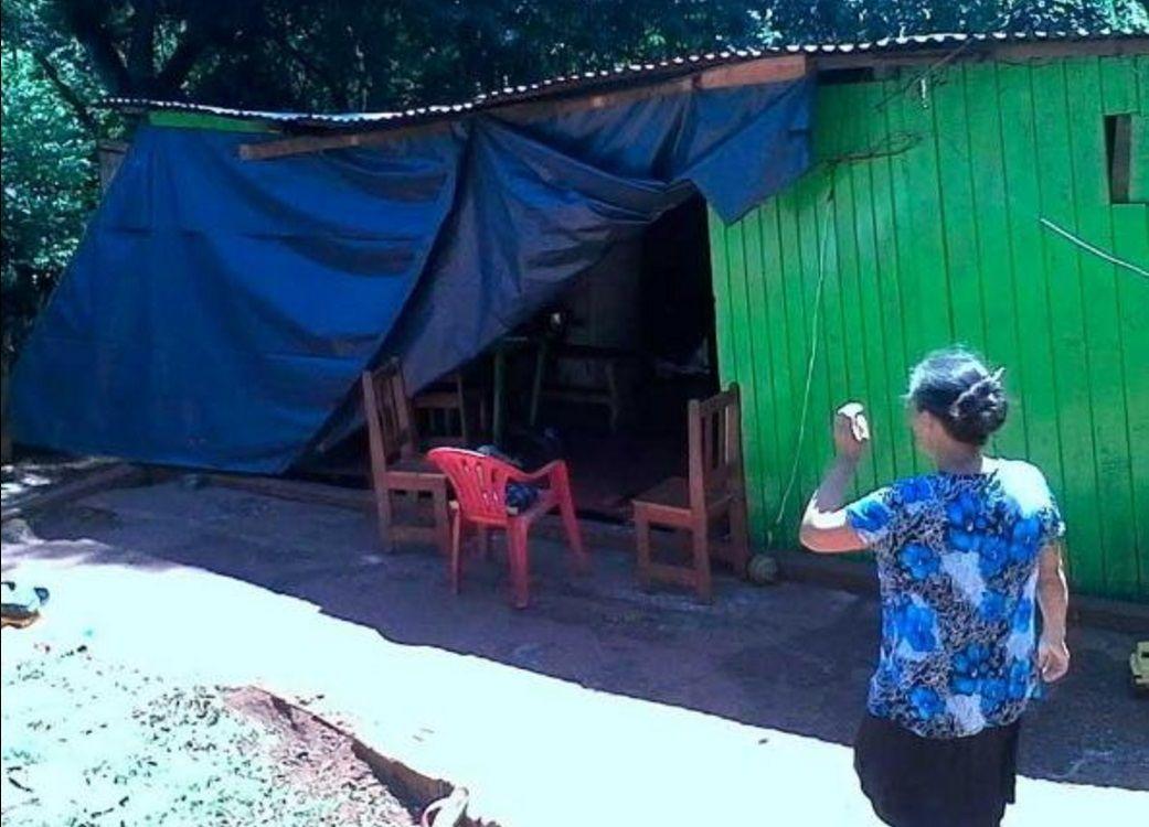 Patrullero chocó su casa y hace 11 días vive bajo una lona: Es muy ansiosa, le dijeron