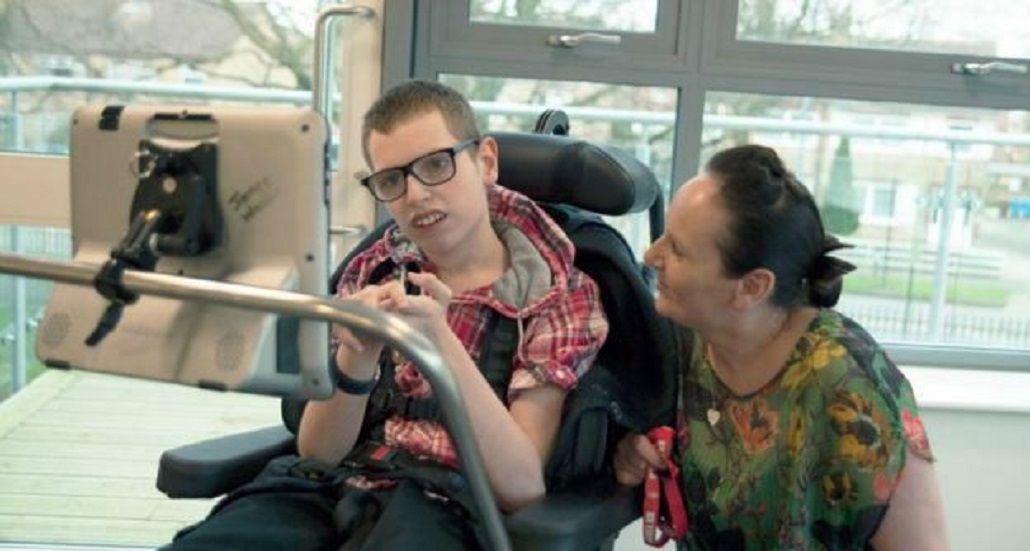 Hola mamá fueron las primeras palabras de un chico discapacitado después de 16 años