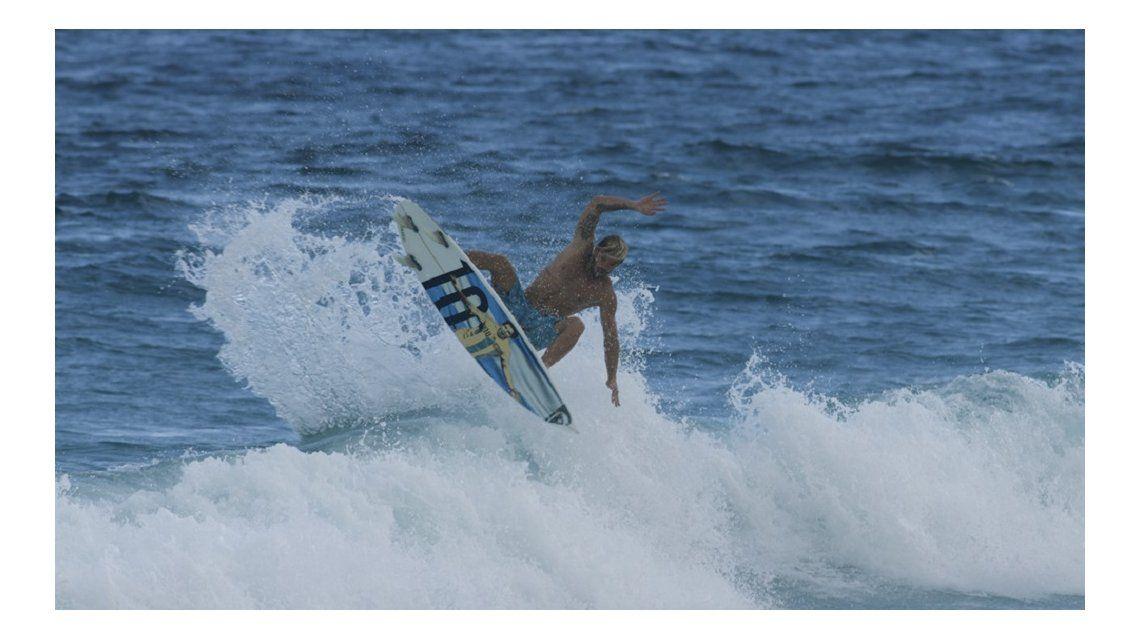 El mejor surfista argentino homenajeó a Lionel Messi a su manera