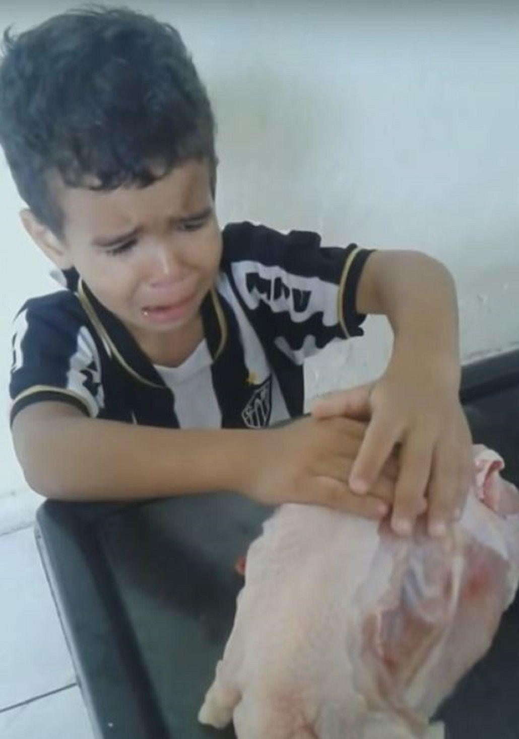 ¿Es vegano? Un nene le pide por favor a la madre que no corte el pollo