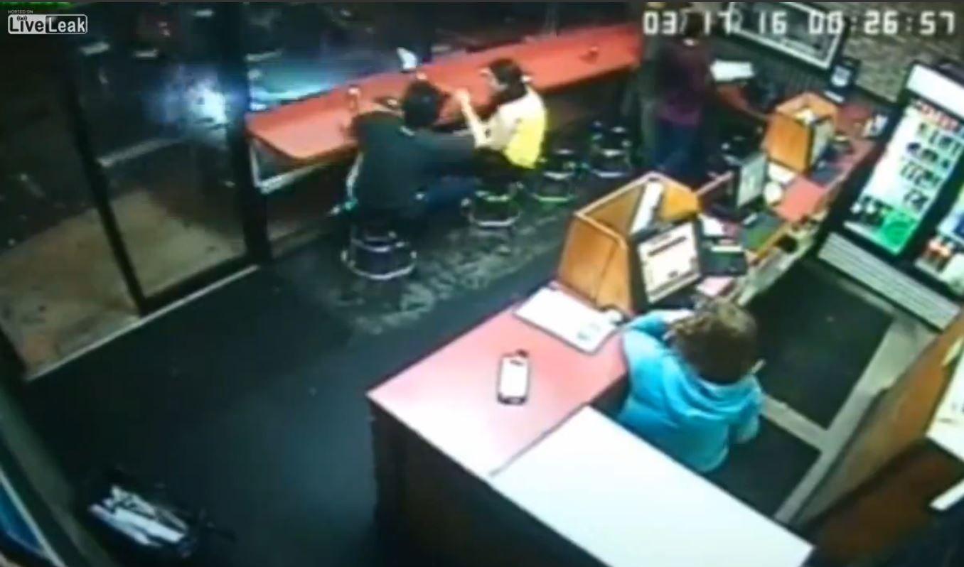 VIDEO: Una camioneta se incrusta en una pizzería