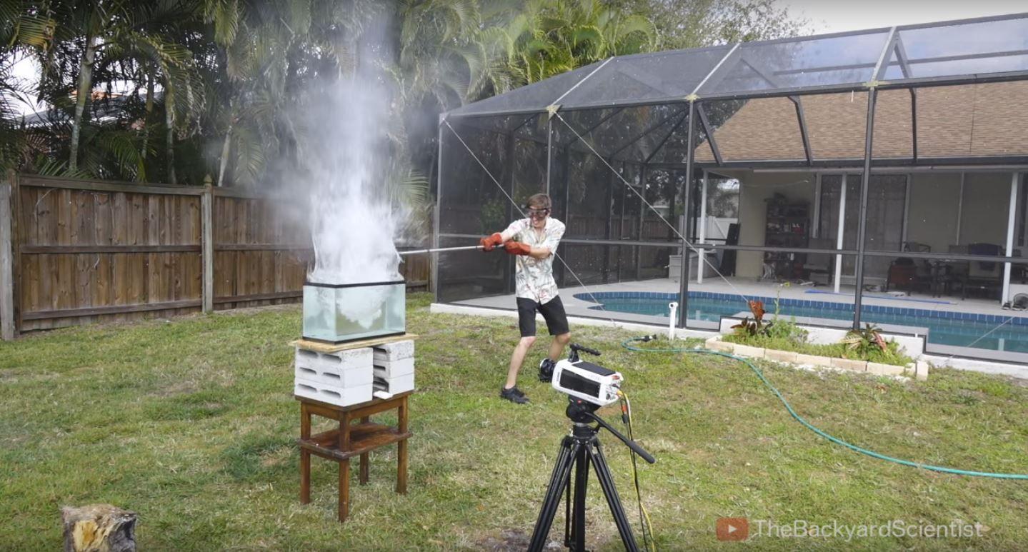 VIDEO: ¿Qué pasa si tirás sal fundida en agua? Una increíble explosión