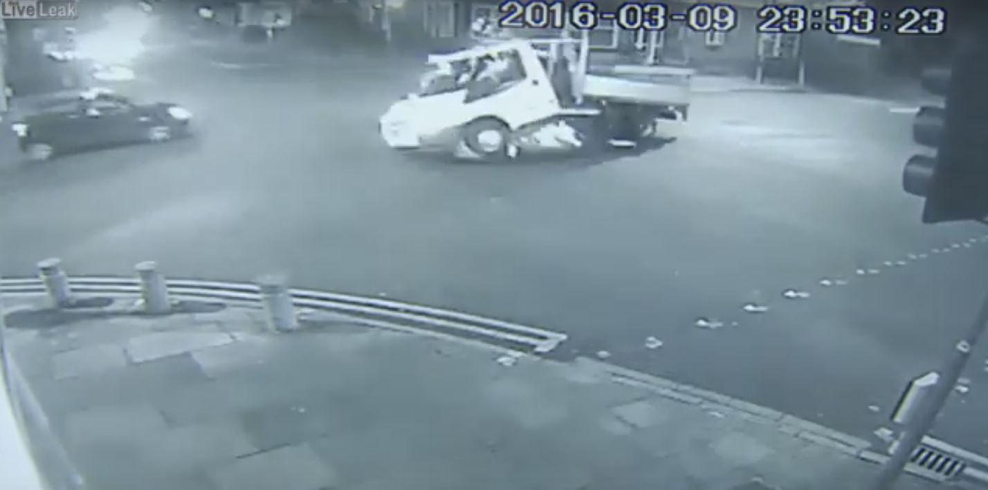 VIDEO: Escapaban de la policía, chocaron contra un camión y murieron