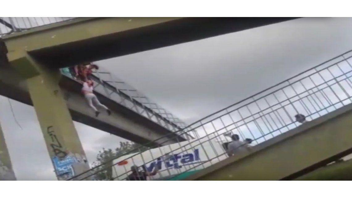 VIDEO: Intentó suicidarse, quedó colgada de un puente y la salvó un policía