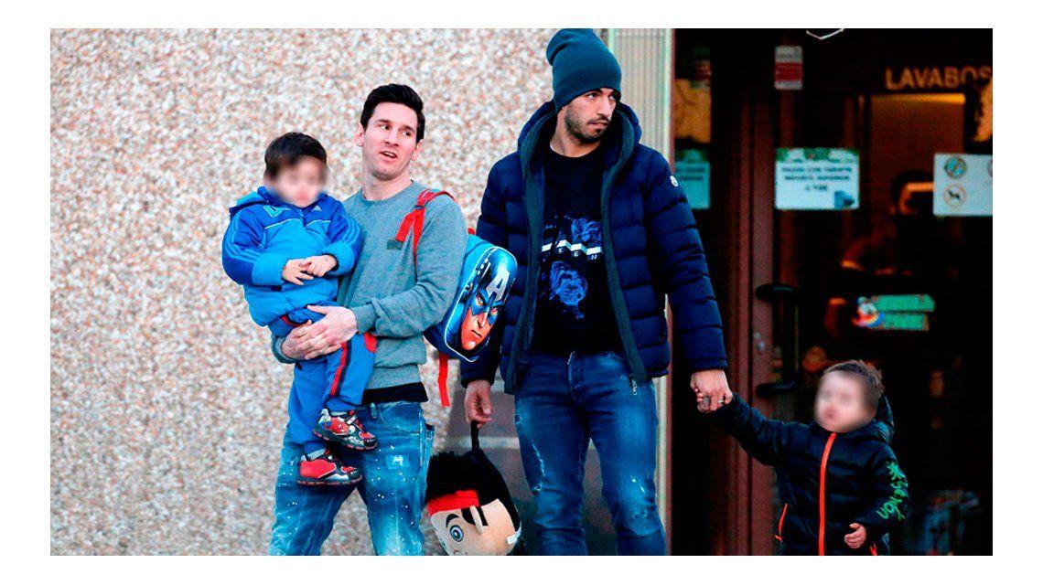 Las fotos de Lionel Messi y Luis Suárez junto a sus hijos a la salida del jardín de infantes