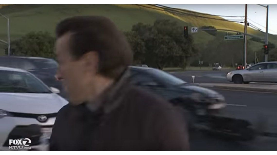 VIDEO: En vivo, un periodista se salvó de ser atropellado por un auto