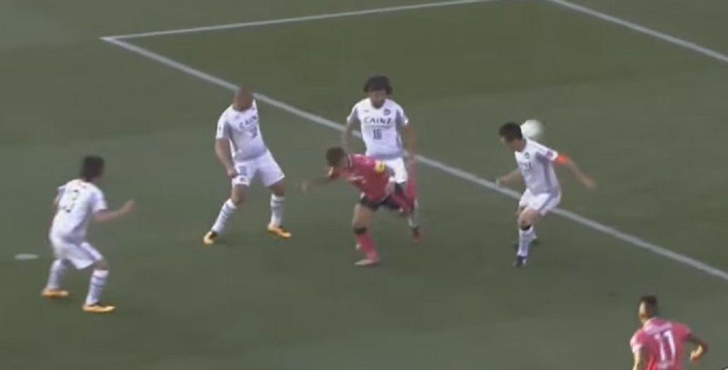 Para la Play: un japonés hizo un golazo de taco digno de un videojuego