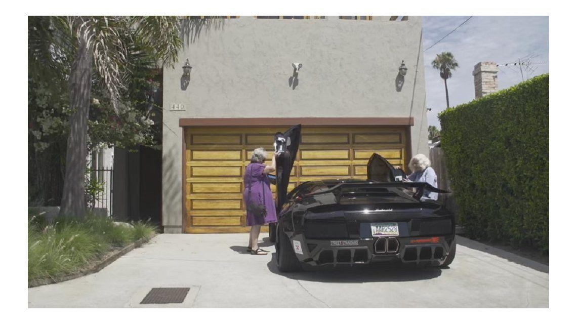 Dos abuelas salieron a pasear en un Lamborghini y estalló la web