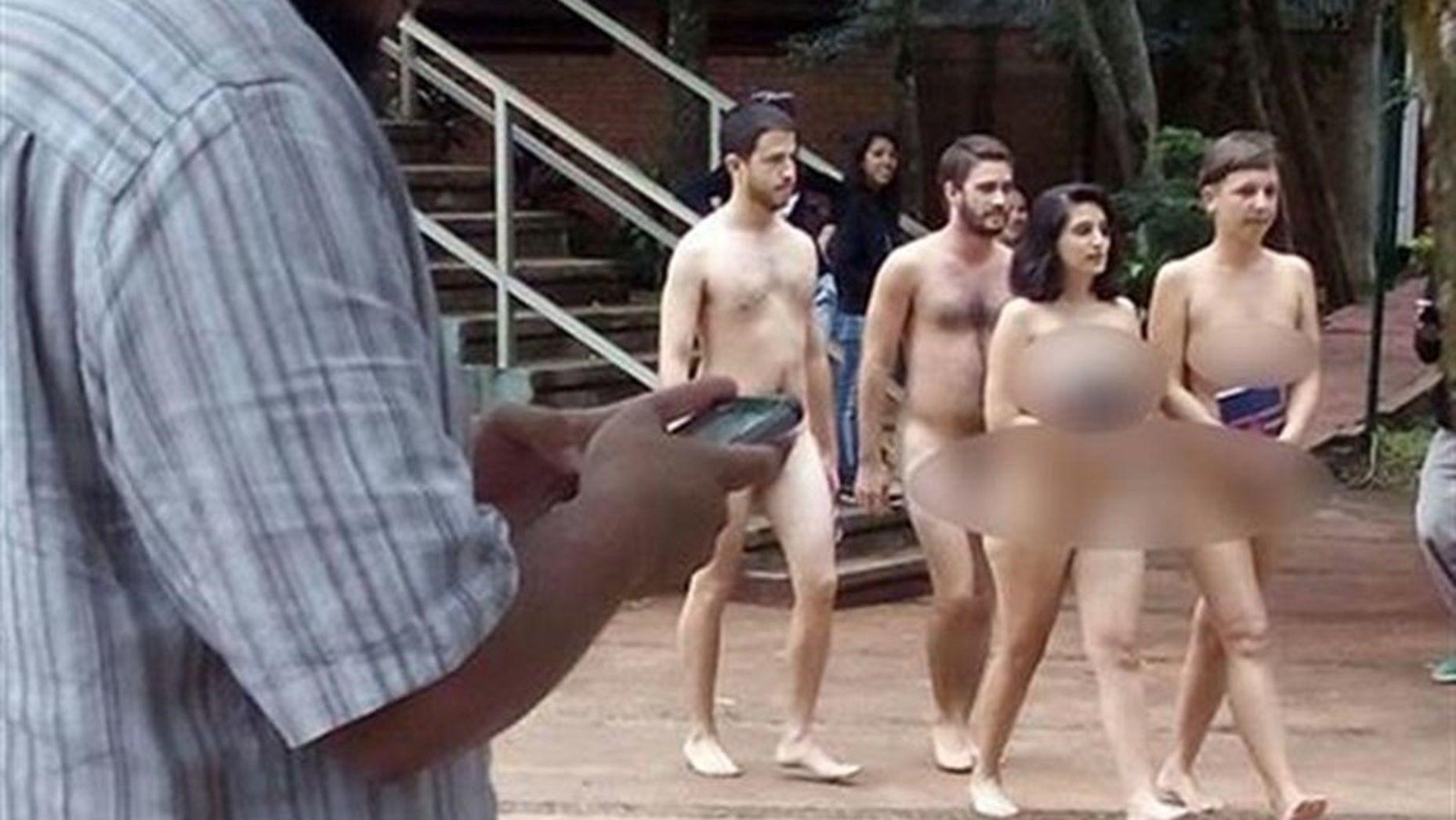 Polémica por estudiantes que se pasearon desnudos por una universidad