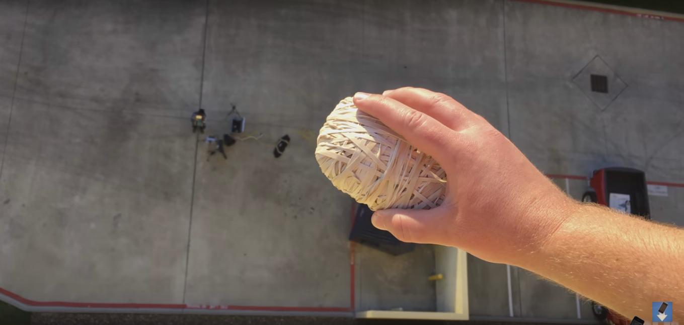 ¿Puede un iPhone sobrevivir una caída de 30 metros gracias a banditas elásticas?