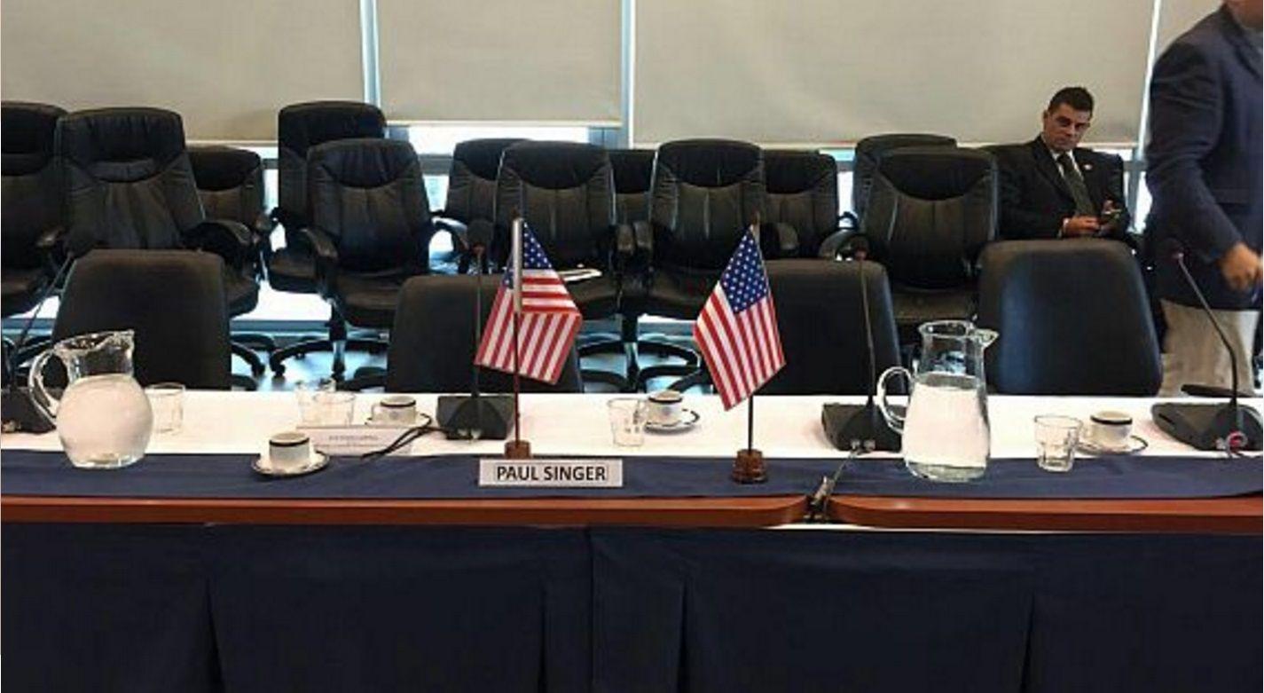Buitres: con banderas de EEUU, apareció una silla reservada a Singer en Diputados
