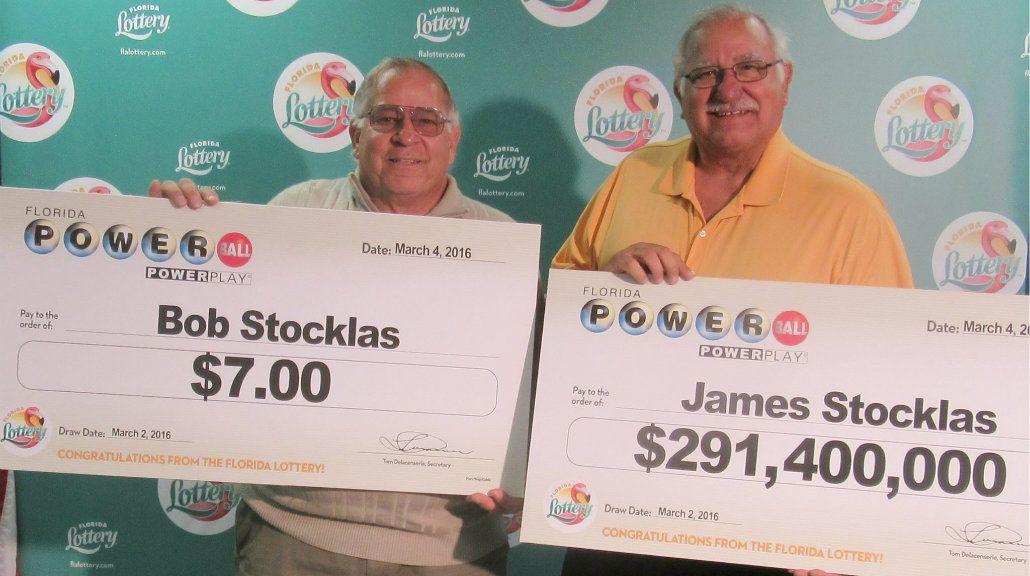 Dos hermanos ganaron la lotería: uno cobró más de 200 millones de dólares y el otro, $7