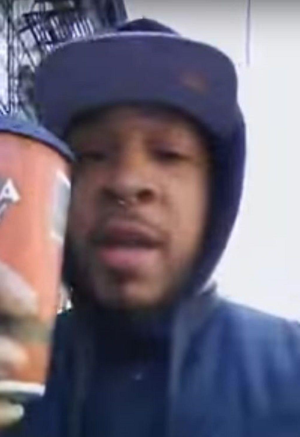 VIDEO: Un hombre de color caminaba por la calle con un café y su celular y lo arrestaron