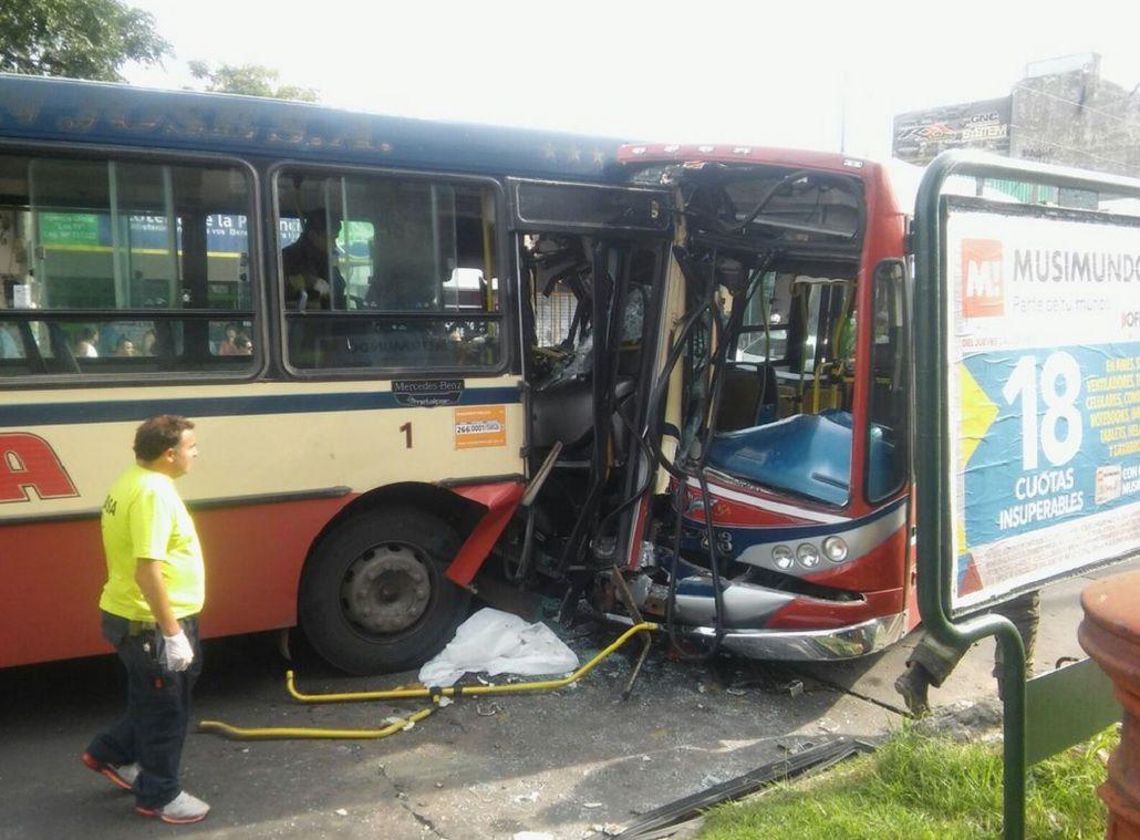 Tremendo choque de dos colectivos en Quilmes