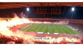 El fuego se apoderó de un estadio en pleno partido