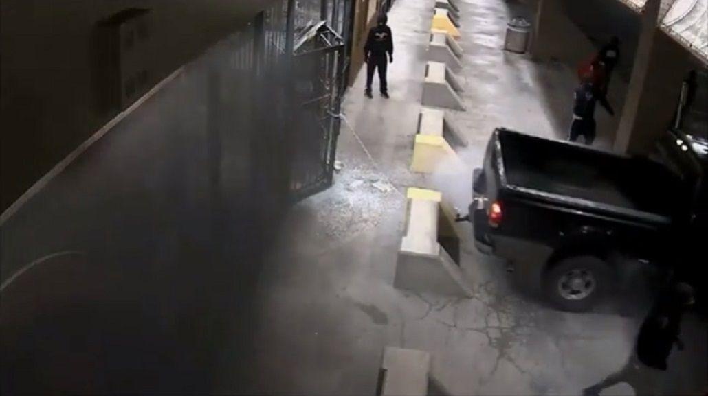 Digno de Hollywood: rompieron la entrada de una armería y se llevaron todo