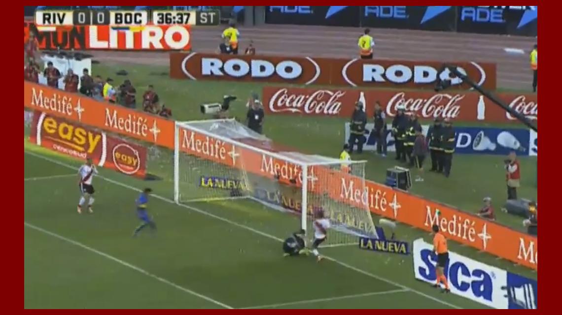 No quiso entrar: el increíble gol que erraron Mora y Alonso